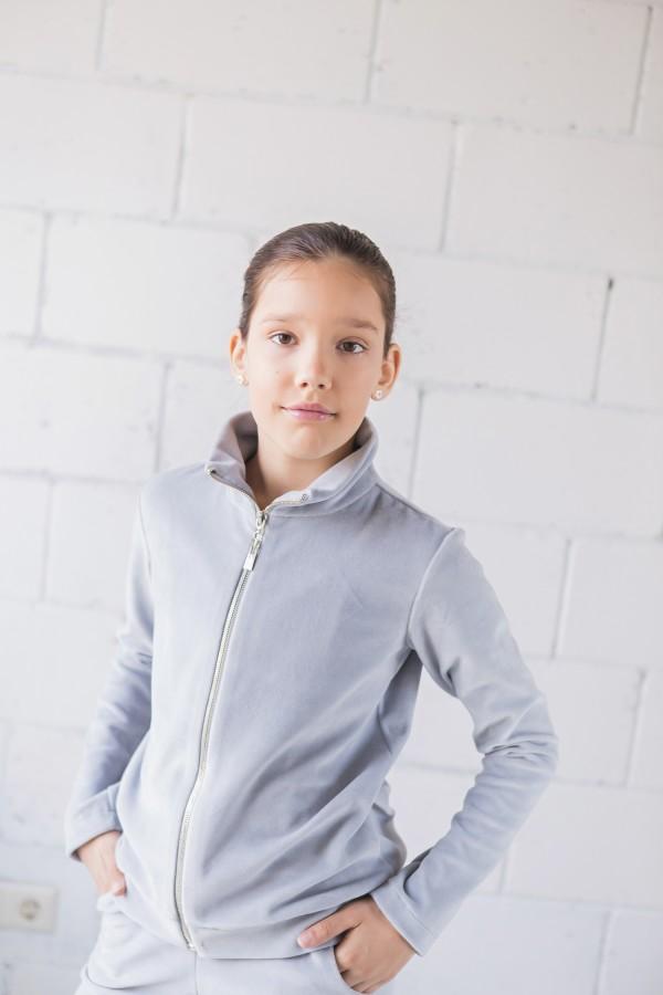 Veliūrinis džemperis aukštu kaklu